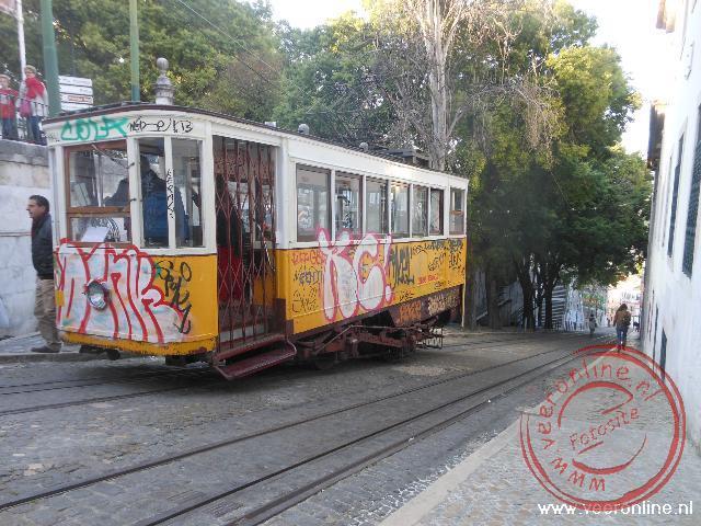 De typische Lissabonse kabeltram wordt ontsiert door lelijke graffiti