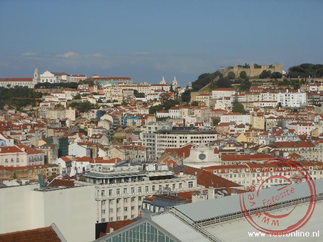Het uitzicht over Lissabon vanaf de Miradouro de São Pedro de Alcãntara