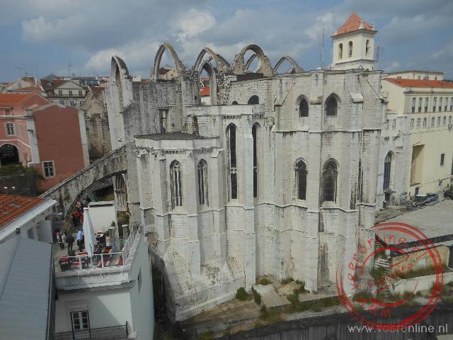 De overblijfselen van de Igreja do Carmo. De kerk is in 1755 bij de aardbeving zwaar beschadigd.