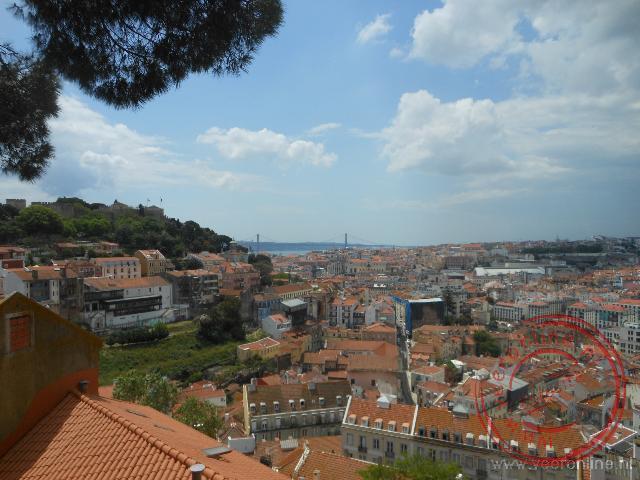 Uitzicht op het kasteel en Lissabon vanaf de wijk Alfama