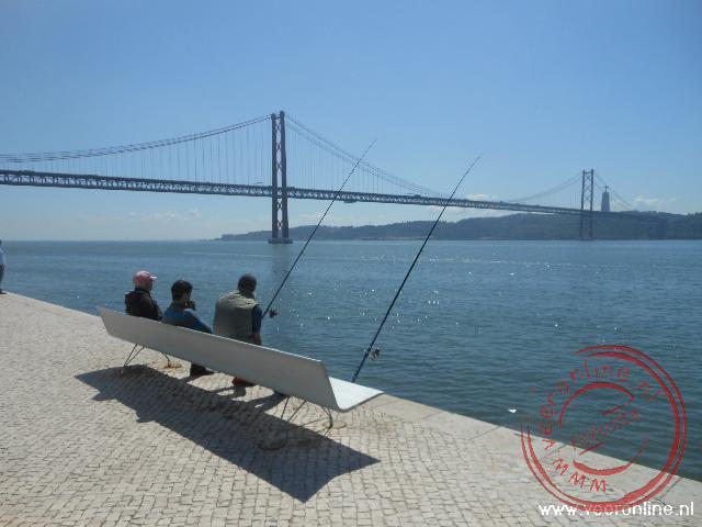 Vissers bij de brug over de Taag