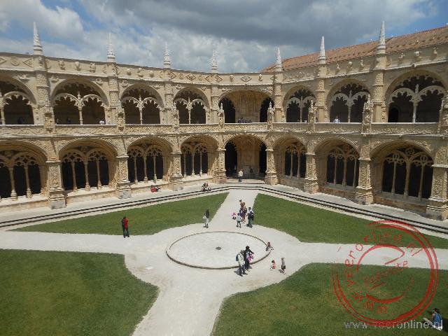 De binnenplaats wordt omgeven door een mooie kloostergang