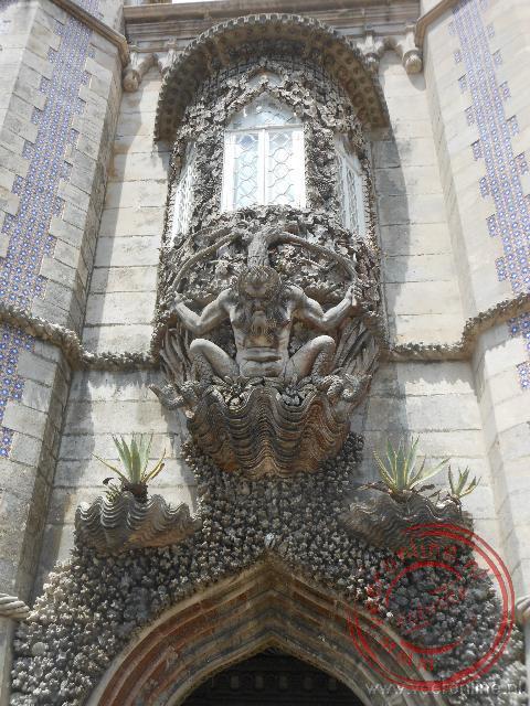 De bewerkte erker boven de ingang van het paleis in Sintra