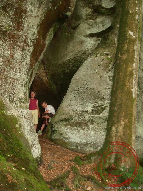 Een smalle kloof tussen de rotsen in Luxemburg