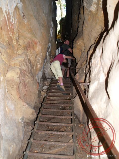 Een smalle trap tussen de rotsen leidt naar het roversnest