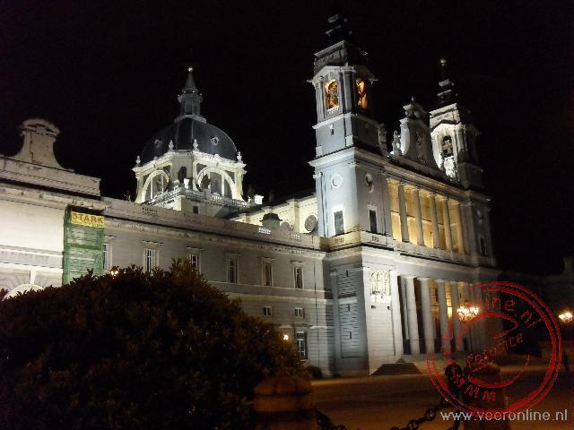 De kathedraal de la Almudena uit 1879 bij avond