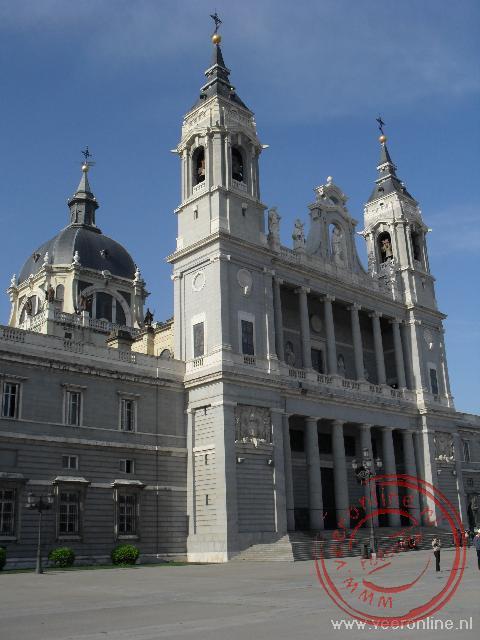 De Catedral de la Almudena tegenover het Palacio Real