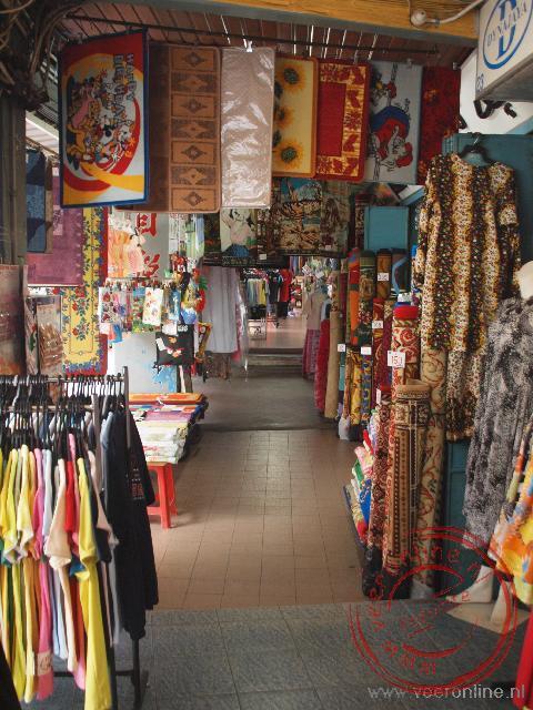 De stoep voor de winkels in Kuching wordt volop gebruikt voor de handel