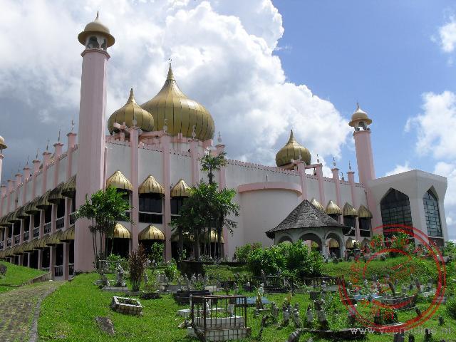 De indrukwekkende staatsmoskee van Kuching is de grootste moskee van de stad