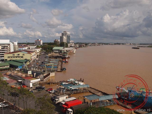 De stad Sibu aan de Batang Rajong rivier
