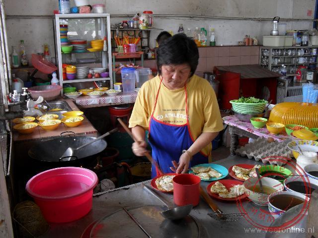In de open keuken wordt onze lunch klaar gemaakt