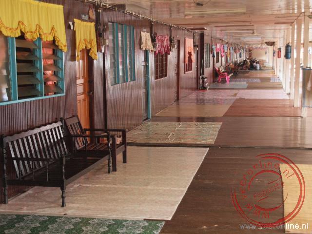 In het longhouse van de Iban's, zijn bijna vijftig huizen aan elkaar verbonden tot een driehonderd meter lang huis.