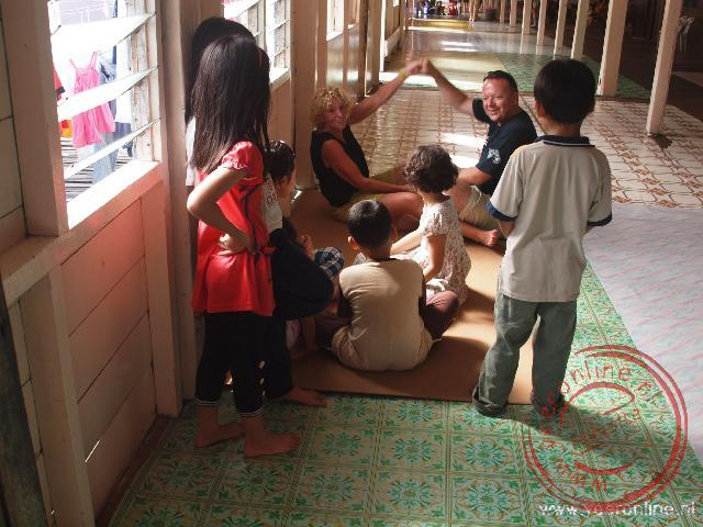 Kinderen vermaken zich in de interne straat van het longhouse