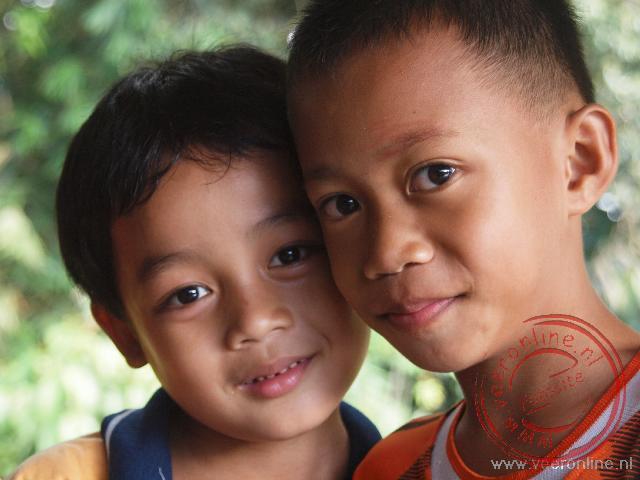 Twee jongens van de Iban stammen. De Iban's maken onderdeel uit van de Dajaks, de vroegere bewoners van Borneo
