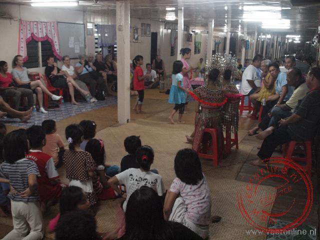 Een traditioneel dansoptreden in het longhouse van de Iban familie