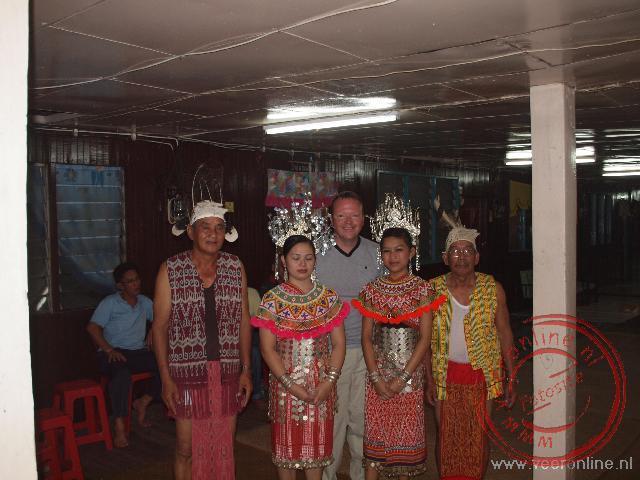 Op de foto met de traditionele Iban dansers