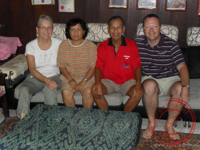 Een foto met ons gastgezin die ons een nacht onderdak gaven in hun huis