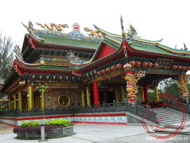 Een nieuw Chinees Tempelcomplex langs de Pan Borneo highway