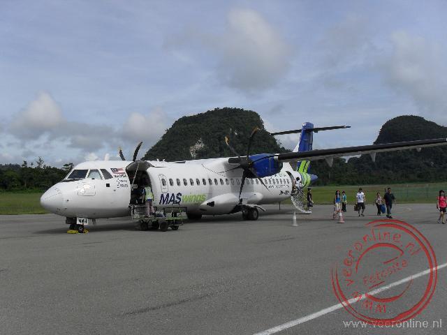Het propellervliegtuig naar Mulu