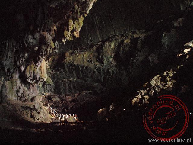 De toeristen links onder maken duidelijk hoe groot de Deer Cave in omvang is. De caves behoren tot de langste ter wereld