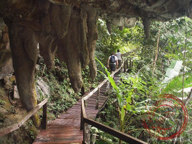De trail loopt over een houten walkway tussen de rotsformaties door