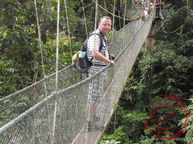 Over een bijna vijfhonderd meter lang hangbruggen parcours tussen de boomtoppen