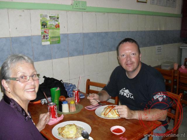 Eten in een eenvoudig lokaal restaurant in het centrum van Kundasang