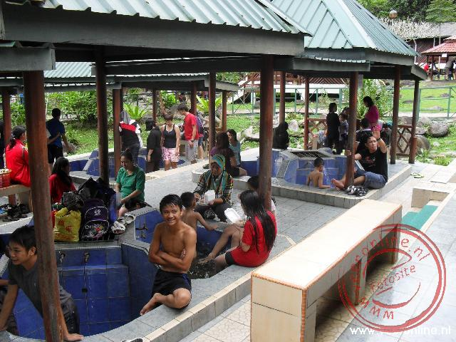 Veel Maleir mensen komen baden in de Poring Hotspings aan de flanken van Mount Kinabalu