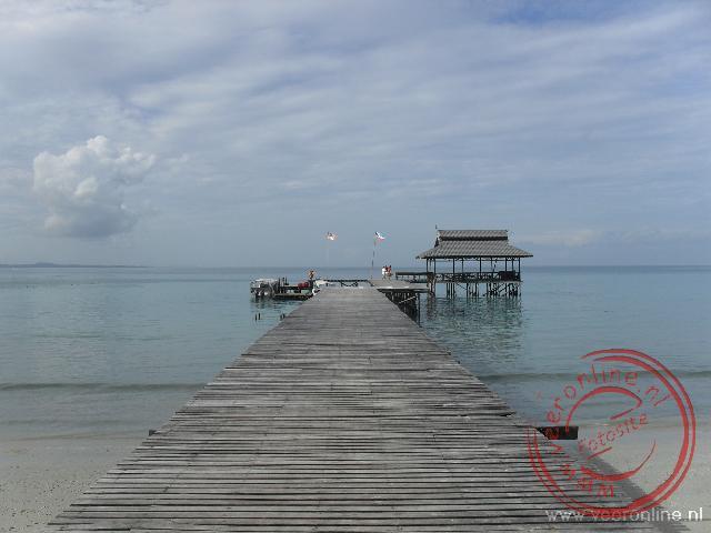 De aanlegsteiger van het Survival Islang Pulau Tiga
