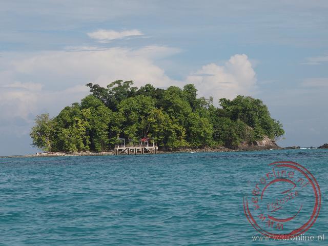 Pulau Kalampunian Damit of Snake island ligt pal naast Pulau Tiga voor de kust Borneo