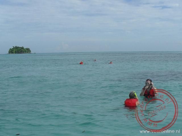 Snorkelen boven het grotendeels afgestorven koraal in de Chinese Zee