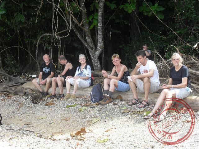 Even rusten tijdens de trail rond het eiland Pulau Tiga