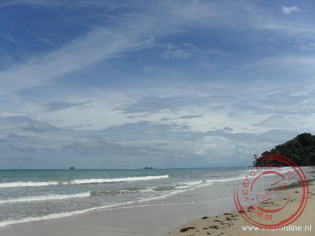 Het strand Golden Beach op Pulau Tiga