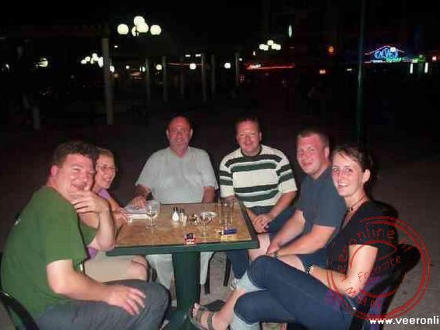 s Avonds op een terrasje met onze Belgische hotelgenoten