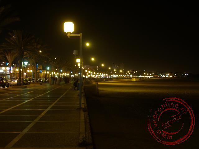 De boulevard van Agadir bij avond