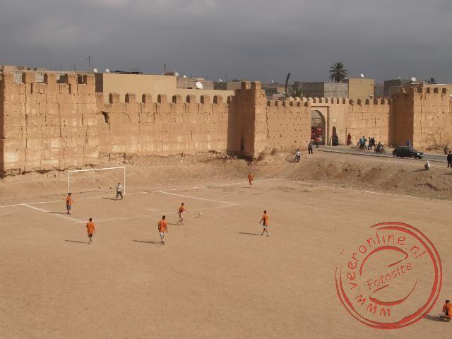 Kinderen voetballen nabij de centrale toegangspoort van Taroudant
