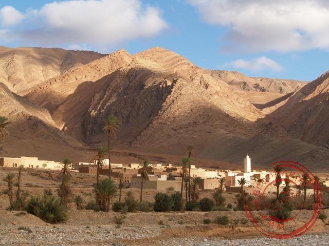 We passeren een berberdorpje tijdens onze wandeling