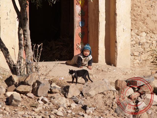 Een kindje speelt op de stoep