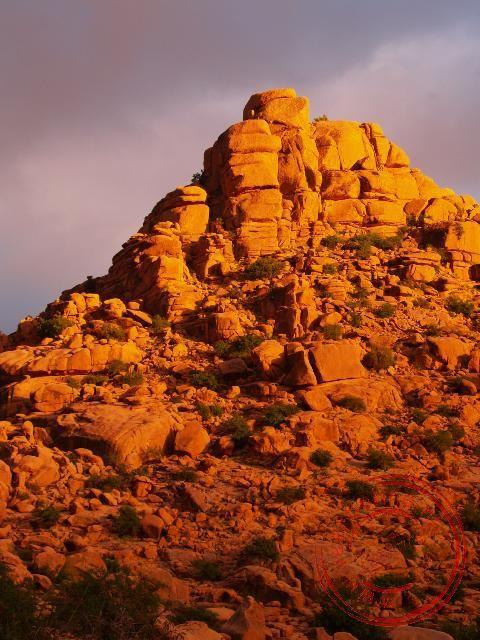 Grote rotsblokken vormen de grillige bergen
