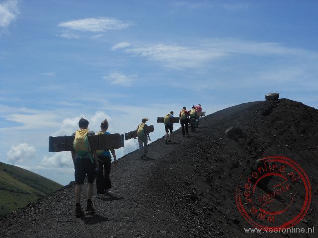 Achter elkaar over de kraterrand van de Cerro Negro vulkaan