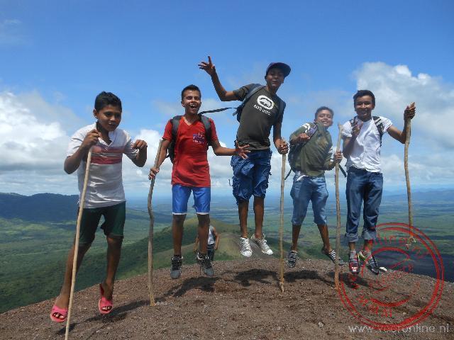 Lokale springen op de Cerro Negro vulkaan