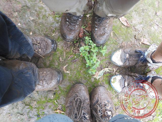De modderige schoenen tijdens de wandeling naar de top