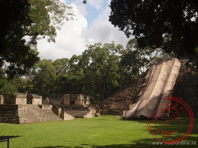Het centrale plein in Tikal met de overdekte Maya trap