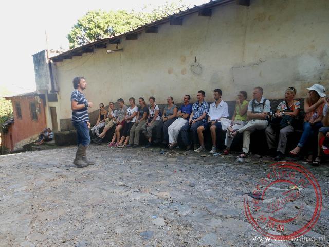 Geert geeft tijdens de stadtour door Capan uitleg over het leven in Honduras