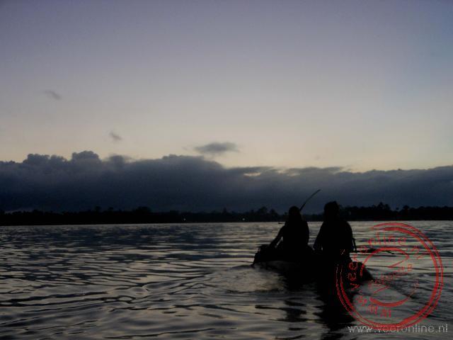 In de vroege ochtend met een kajak het meer op