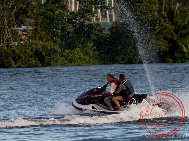 Varen met een waterscooter op het meer