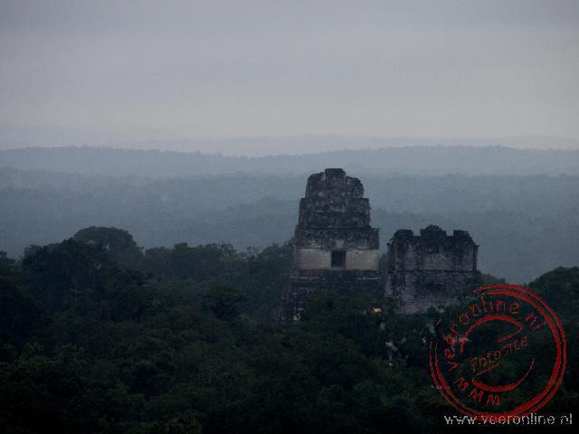 De tempels van Tikal bij het ochtendgloren