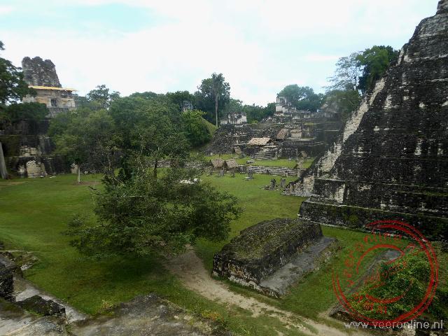 Uitzicht op de Great Plaza van Tikal met tempels I en II tegenover elkaar