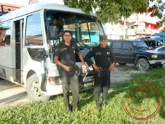 Twee agenten begeleiden de busrit in Gautemala nabij Tikal