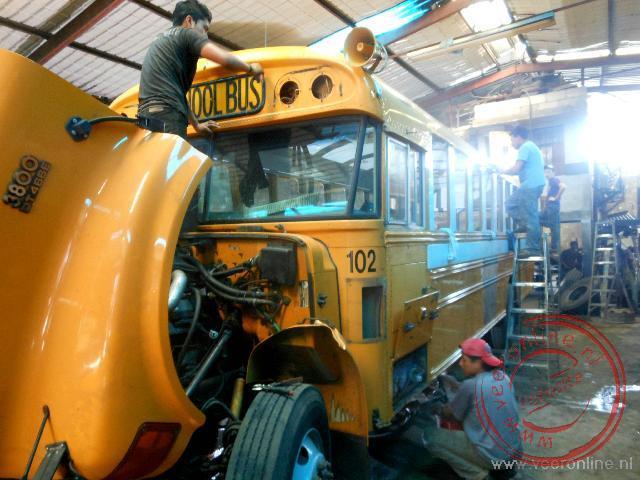 Oude schoolbussen worden opgeknapt en gepimpt in dit kleine fabriekje